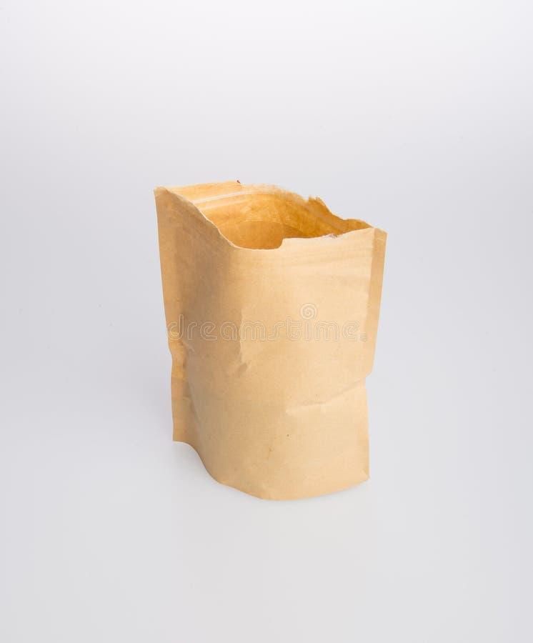 document de zak of kraftpapier-het document staat zak op een achtergrond op royalty-vrije stock foto's