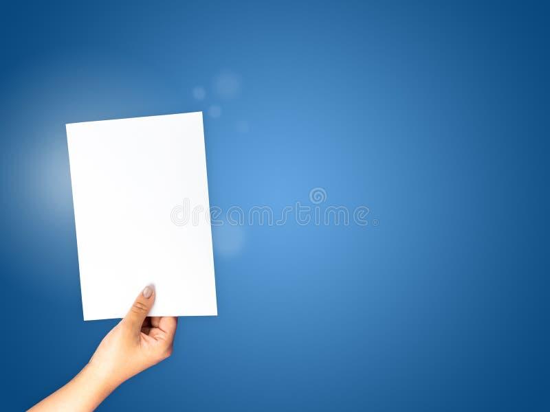 Document handholding op blauwe gradiëntachtergrond royalty-vrije stock afbeelding