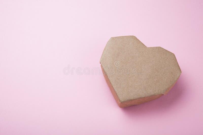 Document hart maakte van gerecycleerd document op een roze achtergrond, lege ruimte voor tekst royalty-vrije illustratie
