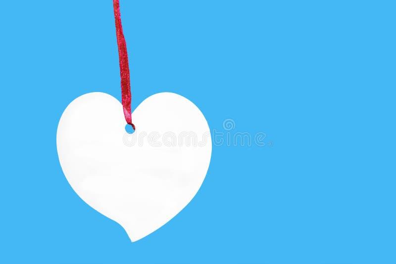 Document hartteken met kabel op blauwe achtergrond wordt geïsoleerd die royalty-vrije stock foto's