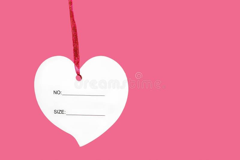 Document hartteken met kabel op roze achtergrond wordt geïsoleerd die stock afbeeldingen