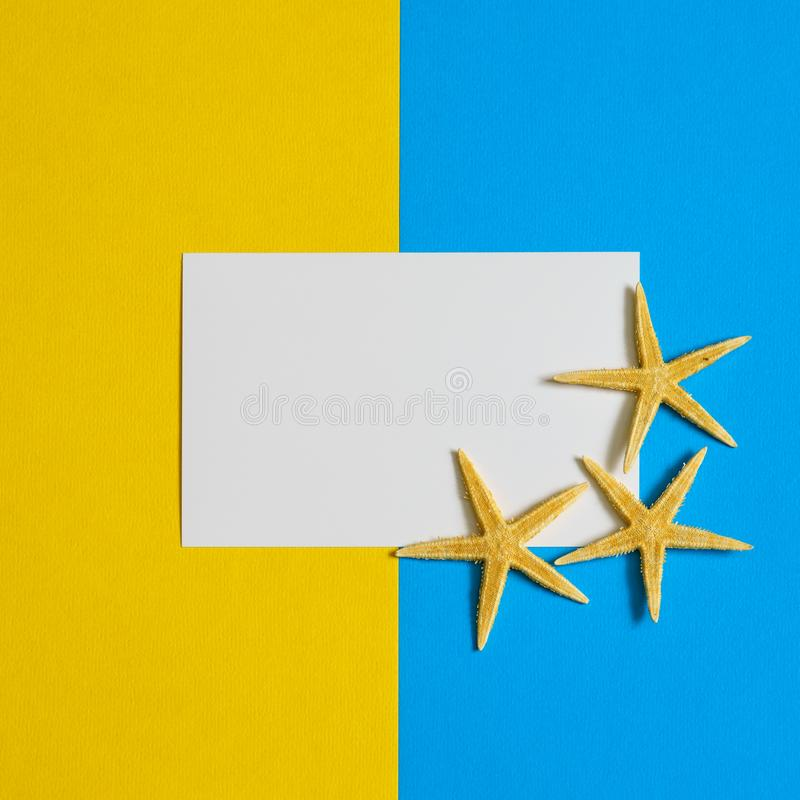 Document kaart met drie overzeese sterren op blauwe en gele document achtergrond De vlakke spot omhoog, legt, kopieert ruimte, ho royalty-vrije stock fotografie