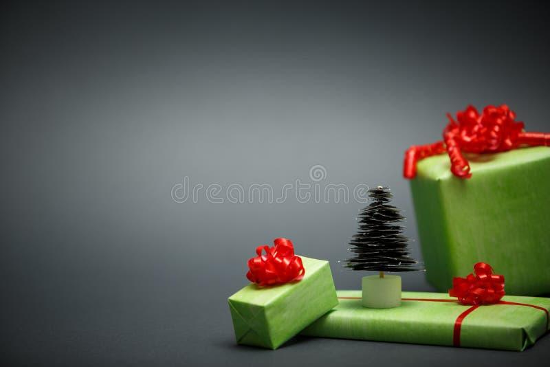 Document Kerstboom en giften op grijze achtergrond royalty-vrije stock foto