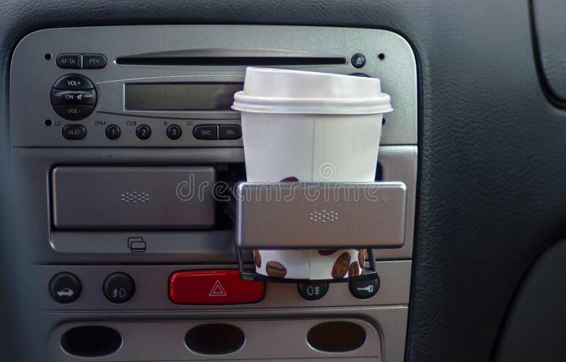 Document Koffiekoppen binnen de Houder van de Autokop royalty-vrije stock fotografie