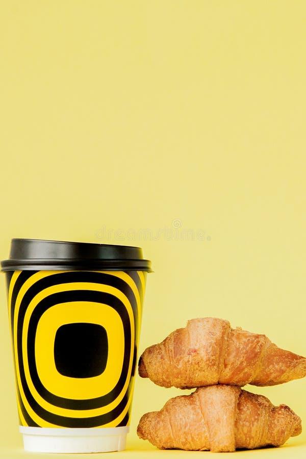 Document kop koffie en croissants op een gele achtergrond, Exemplaarruimte royalty-vrije stock fotografie