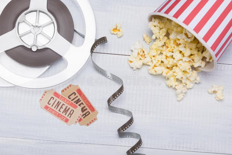 Document kop met popcorn, naast de film en de kaartjes voor een filmzitting die wordt verspreid stock afbeeldingen