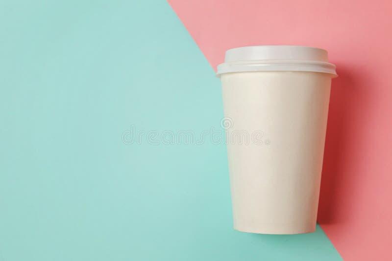 Document kop van koffie op blauwe en roze achtergrond stock foto