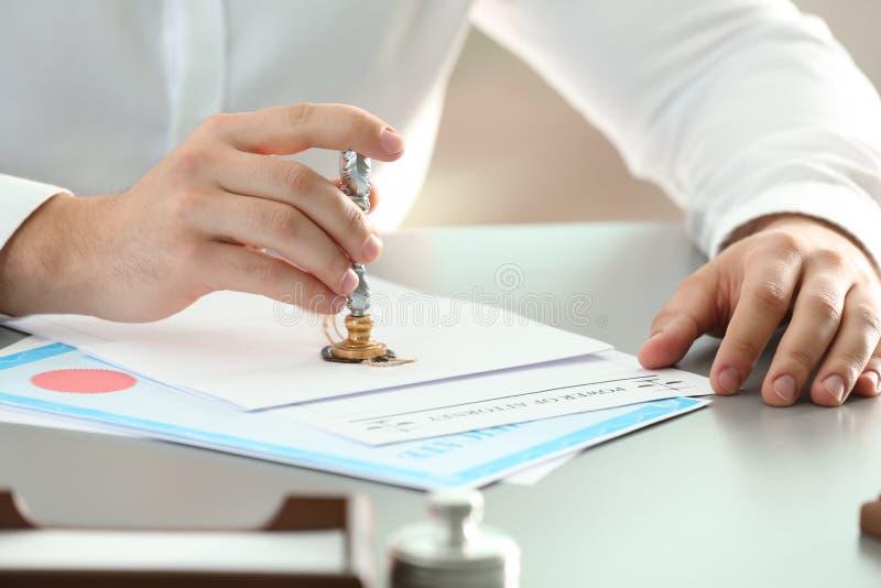 Document masculin de cachetage de notaire à la table photos libres de droits