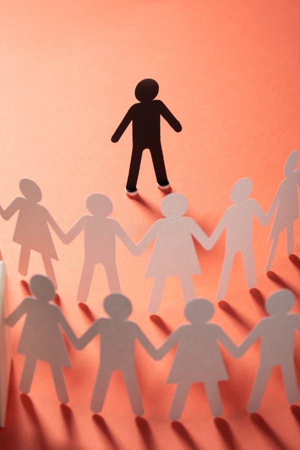 Document menselijk cijfer die zich voor document mensen bevinden die handen op rode oppervlakte houden Bulling, scheiding, confli stock foto