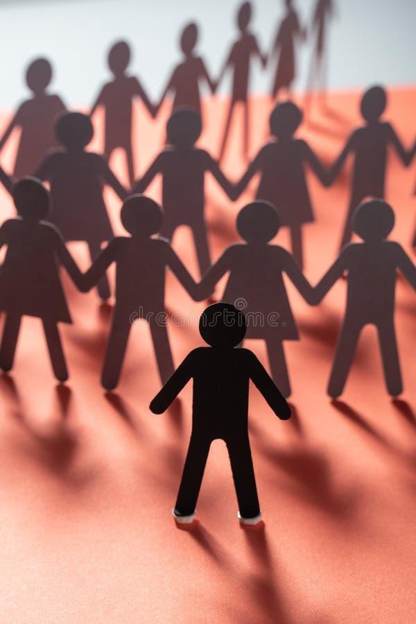 Document menselijk cijfer die zich voor document mensen bevinden die handen op rode oppervlakte houden Bulling, scheiding, confli royalty-vrije stock afbeeldingen
