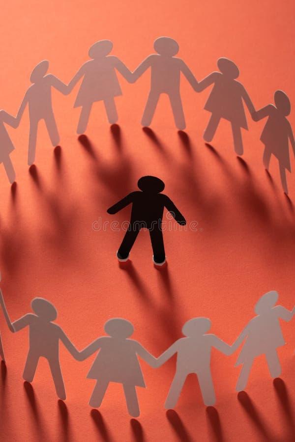 Document menselijk die cijfer door cirkel van document mensen wordt omringd die handen op rode oppervlakte houden Bulling, scheid royalty-vrije stock afbeelding