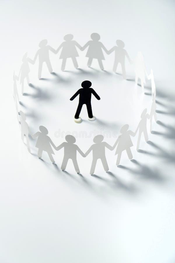 Document menselijk die cijfer door cirkel van document mensen wordt omringd die handen op witte oppervlakte houden Bulling, schei royalty-vrije stock afbeeldingen