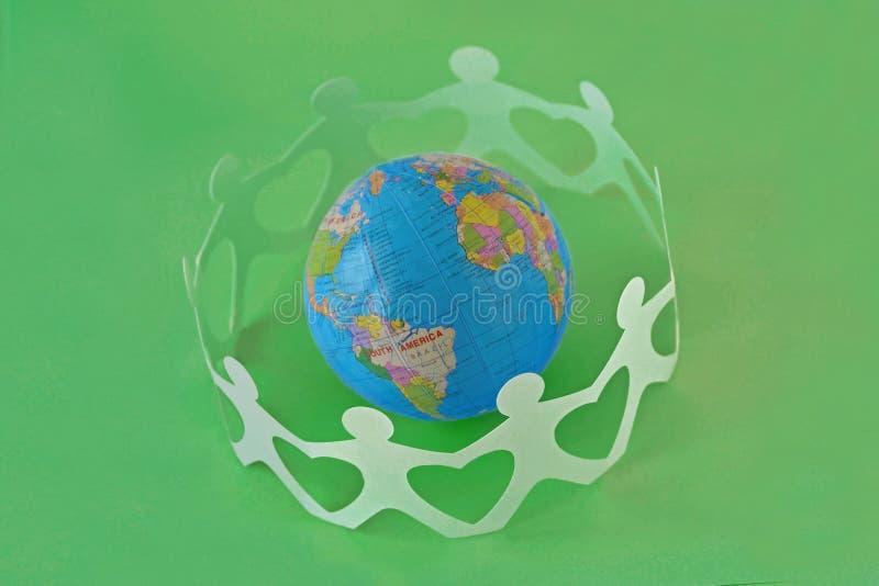 Document mensen in een cirkel rond aardebol op groene achtergrond stock afbeelding
