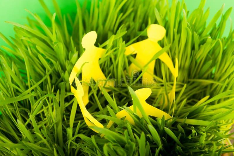 Document mensen op groen gras stock afbeelding