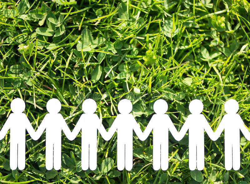 Document mensen op groen gras backgrund stock foto