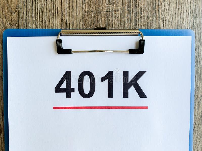 Document met 401k-plan op houten lijst royalty-vrije stock afbeelding