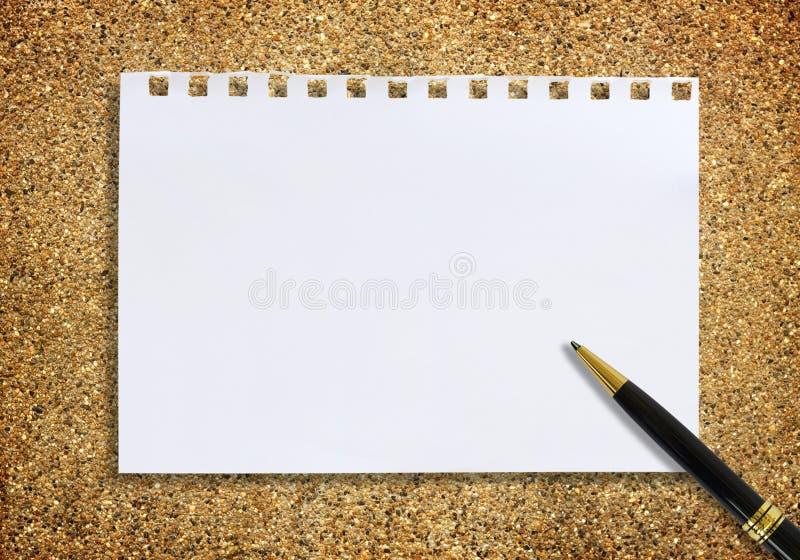 Document nota en pen op zand voor textuurachtergrond stock afbeeldingen