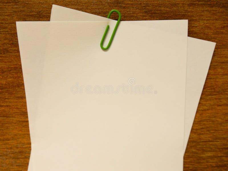 Document nota met groene klem stock fotografie