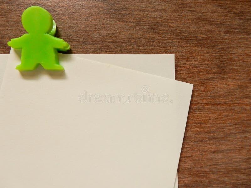 Document nota met groene klem royalty-vrije stock afbeeldingen