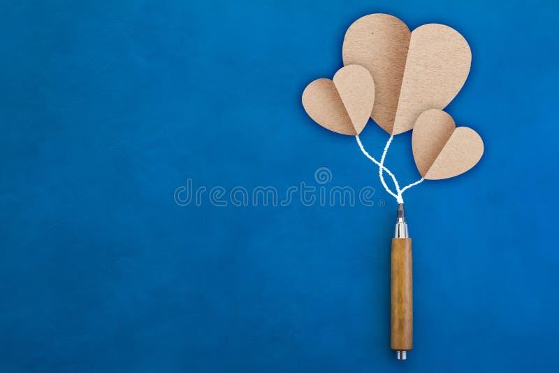 document nota's in de vorm van harten en houten potlood op witte bac stock foto's