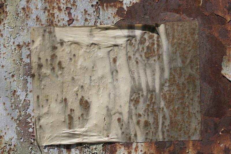 Document op een grungemuur royalty-vrije stock afbeeldingen