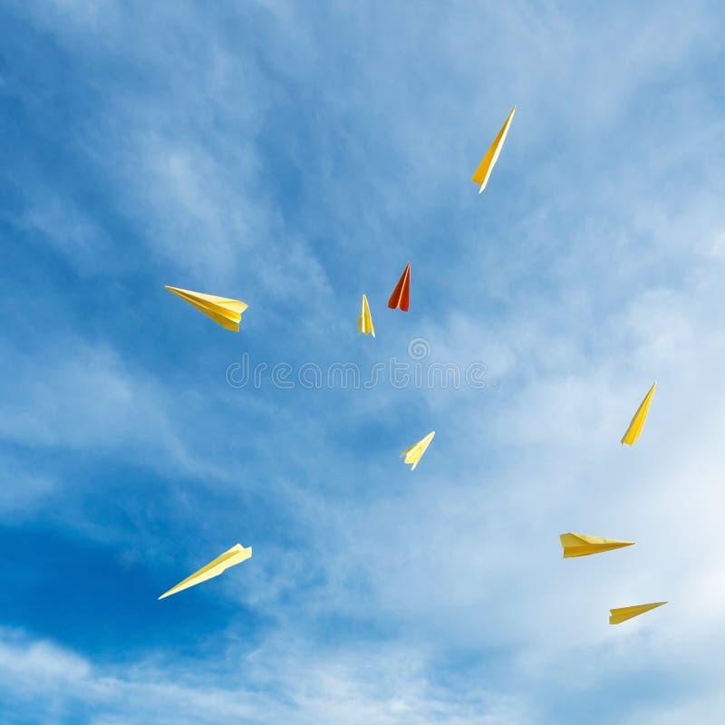 Document raketten die in de hemel drijven stock foto