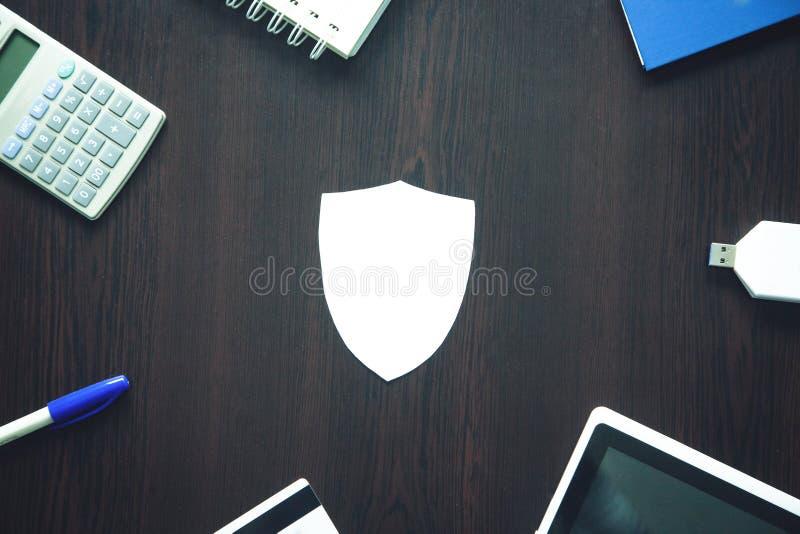 Document schild en andere punten op een houten achtergrond Het concept van de veiligheid stock fotografie