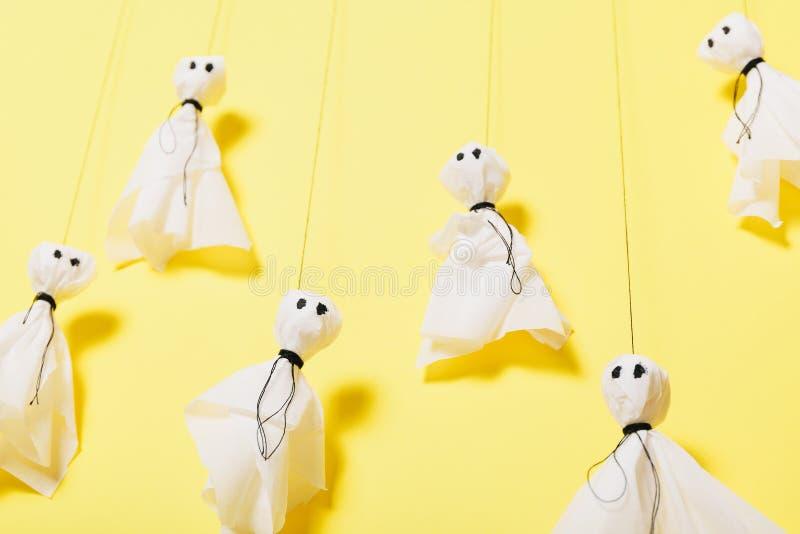 Document spoken, het enge Halloween-concept van ambachtjonge geitjes stock fotografie