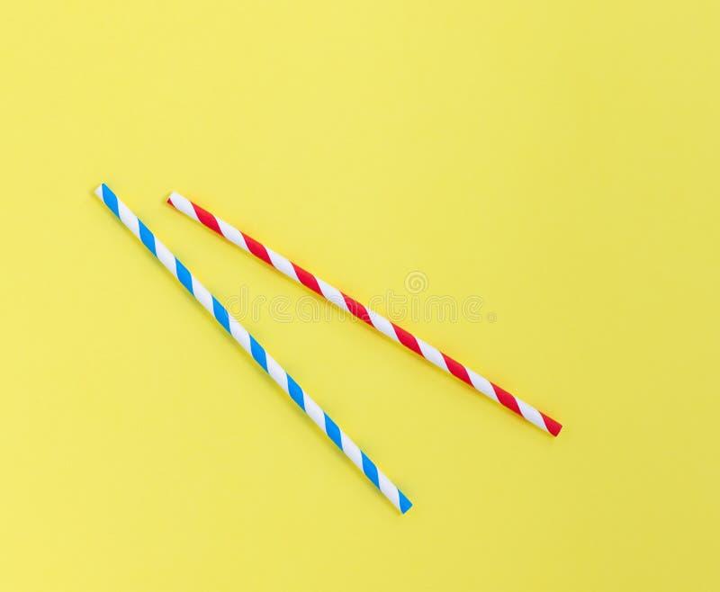 Document stro op een gele achtergrond Blauwe en rode strepen met exemplaarruimte stock afbeelding