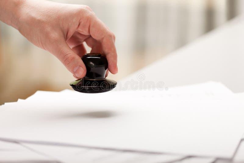Document sur papier d'estampille de main photo stock