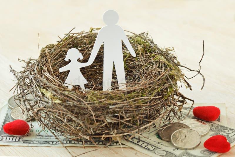 Document vader en dochter in nest op geld en harten - Concept alleenstaande ouderfamilie royalty-vrije stock afbeelding