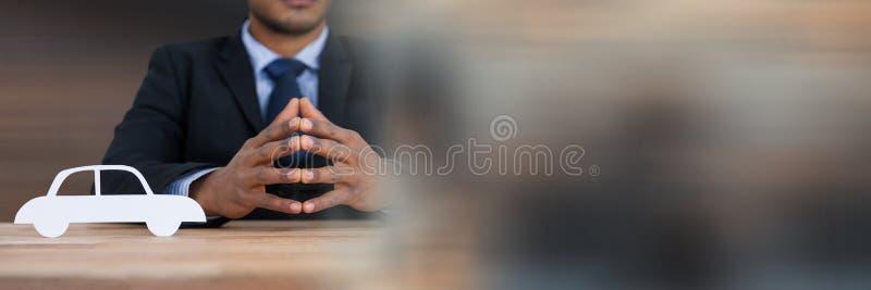 Document Verwijderde auto met zakenman bij bureau royalty-vrije stock foto