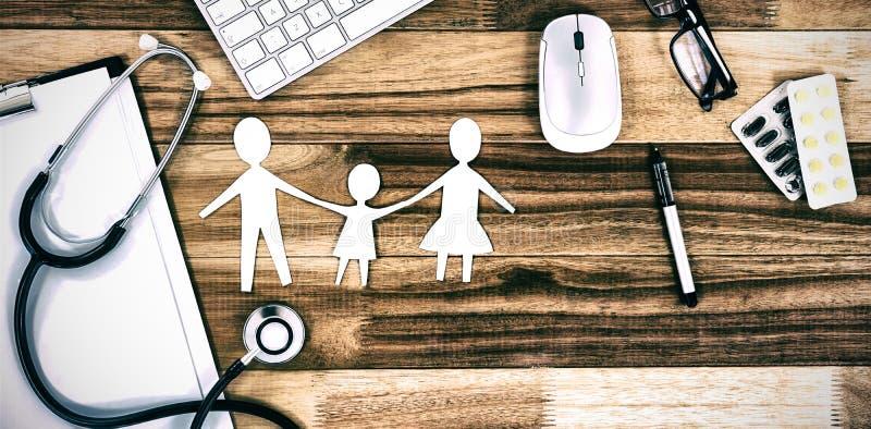 Document verwijderde familieketting met diverse medische apparatuur en toetsenbord stock afbeelding