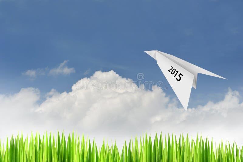 Document vliegtuig op blauwe hemelachtergrond stock fotografie