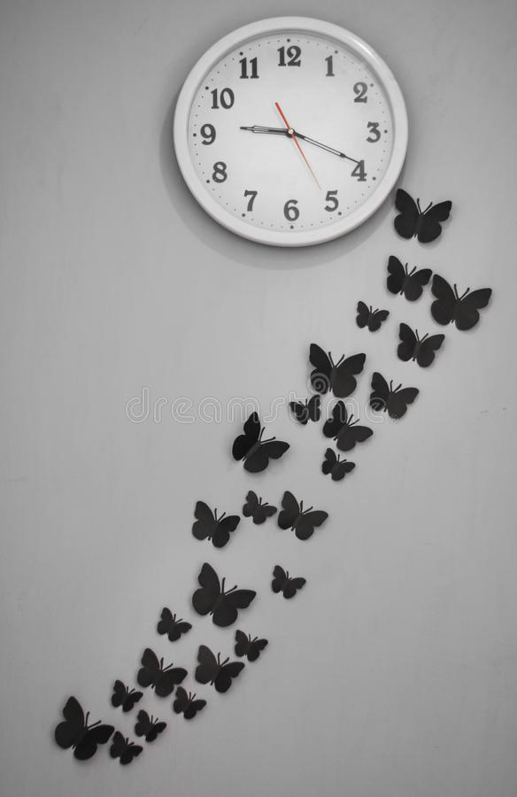 Document vlinders op de muur royalty-vrije stock afbeeldingen