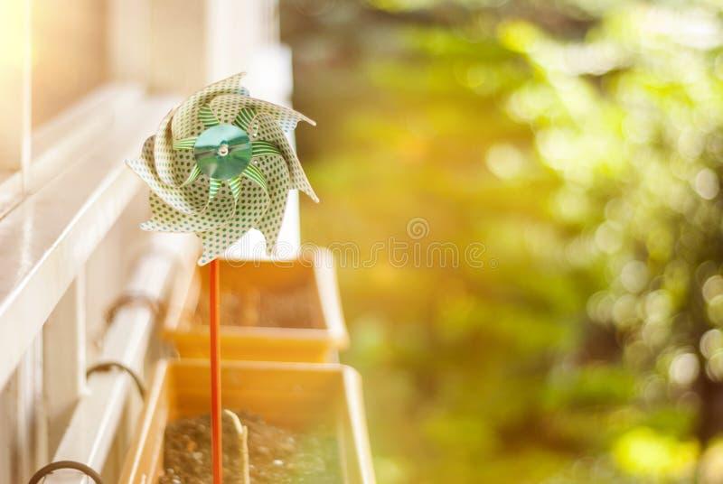 Document windmolen op bloempot stock foto