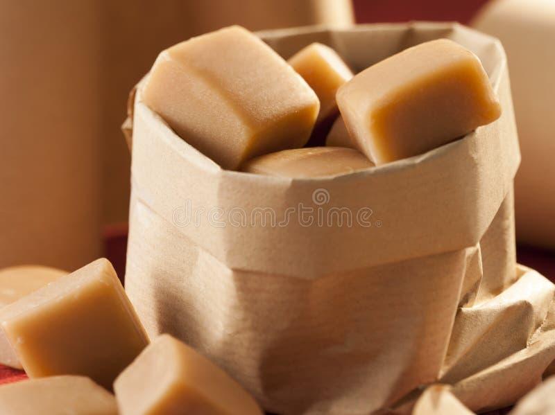 Document zak met karamels stock afbeeldingen