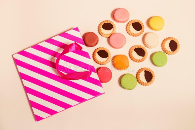 Document zak met koekjesmakaron en koekjes met chocolade stock afbeelding