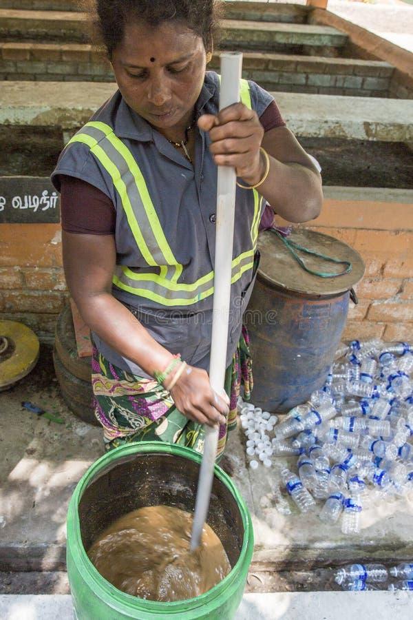 Documentair hoofdartikel PUDUCHERY, PONDICHERY, TAMIL NADU, circa van INDIA - Maart-, 2018 Het leven in een recyclerend centrum R stock afbeelding