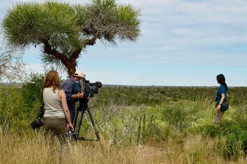 Documentaire filmbemanning, cameraman, fotograaf en actrice stock foto's