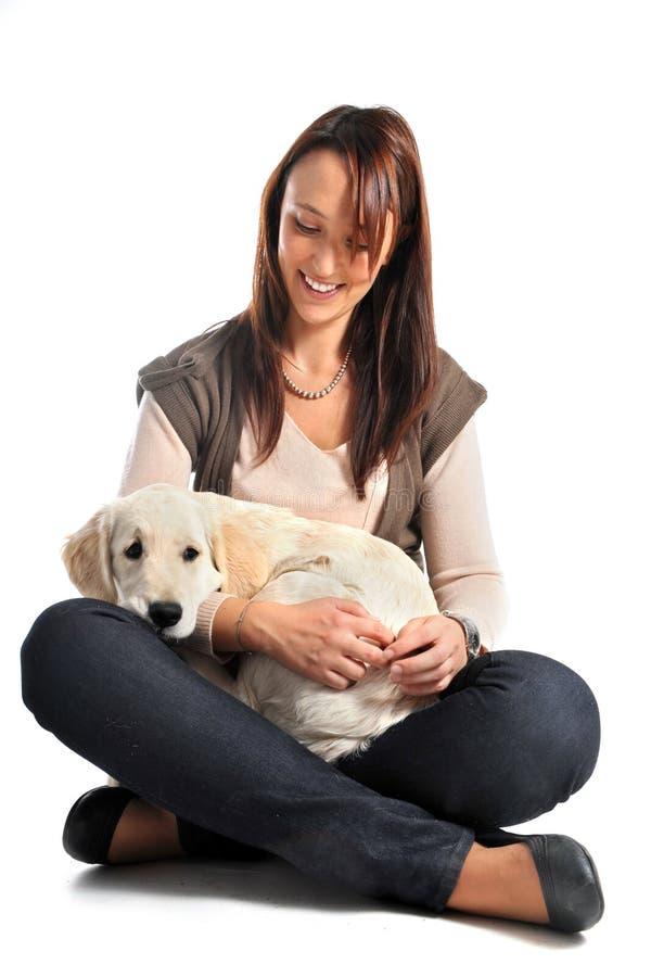 Documentalista dorato e donna del cucciolo immagine stock