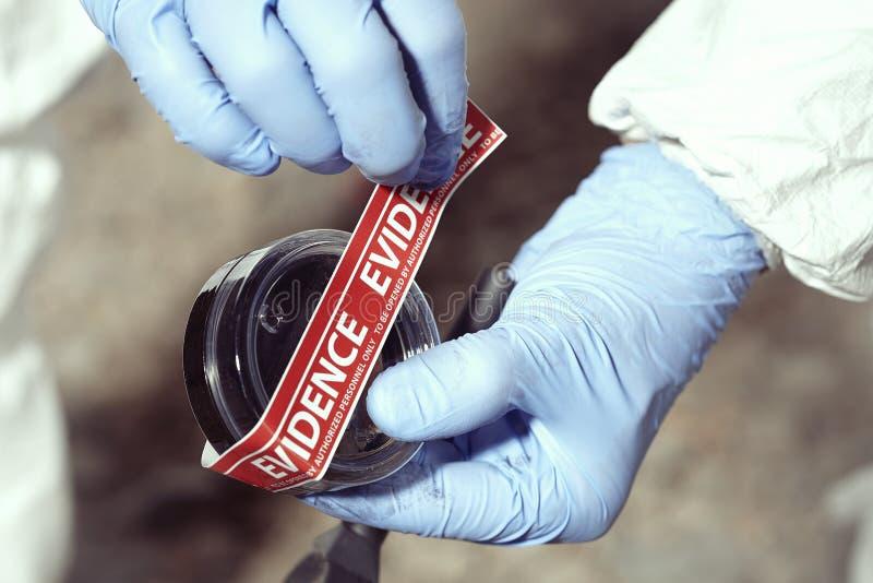 Documentation de mégot méfiant par le technicien dans le terrain photo libre de droits