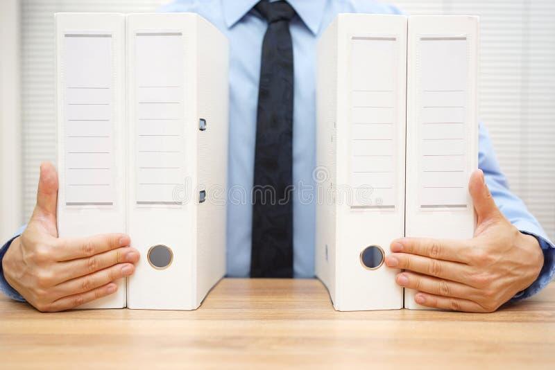 Documentation de société de holding d'homme d'affaires, images stock