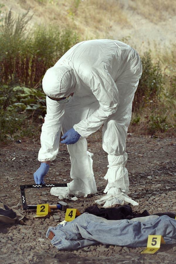 Documentation des preuves méfiantes par le technicien dans le terrain photographie stock