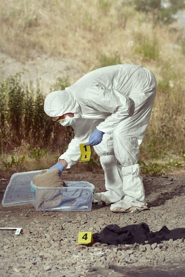 Documentation des preuves méfiantes par le technicien dans le terrain photos stock