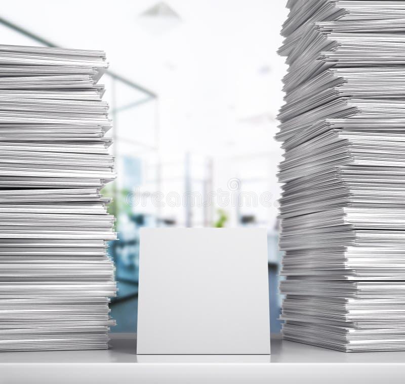 documentation Une pile de livres blancs se trouvent sur un bureau dans une salle de bureau photo stock