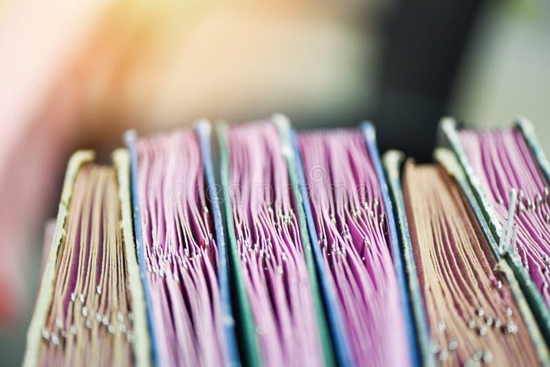 Documenten in dossiers in de archiefkast met paperclip worden geplaatst - het dossiersoort van het handelspapierdocument in een b stock afbeeldingen