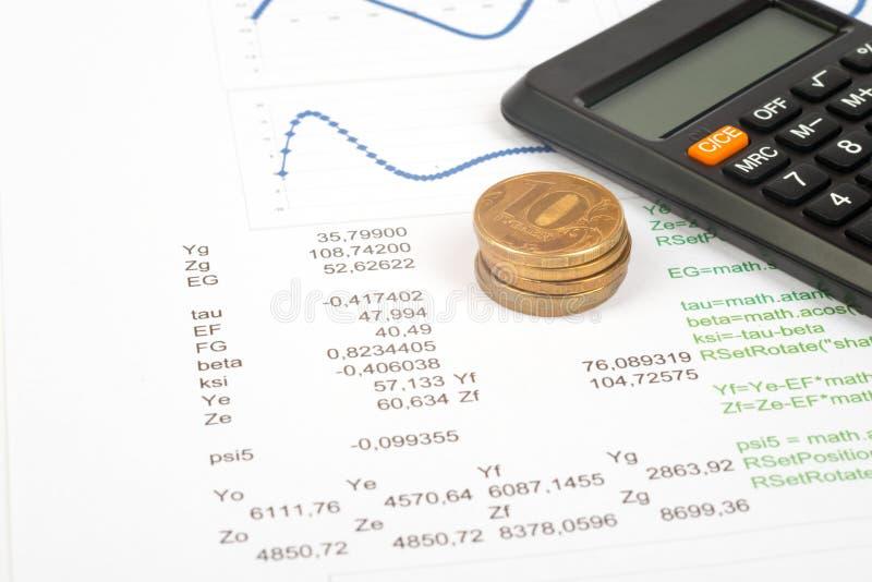 Documenten met calculator en muntstukken stock afbeeldingen