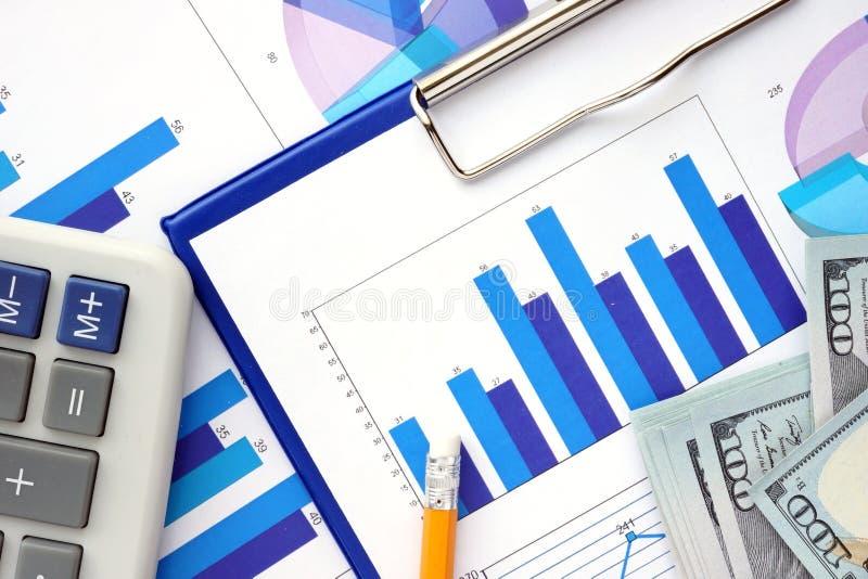 Documenten met grafieken, calculator en dollars royalty-vrije stock foto