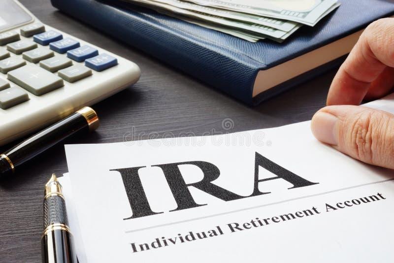 Documenti circa il fondo pensione individuale IRA su uno scrittorio fotografia stock